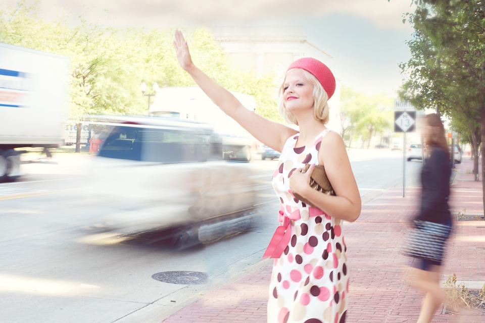 héler un taxi, robe femme genoux voiture, comment monter dans une voiture avec chic, robe et traine, mariée montée voiture nadine rothschild