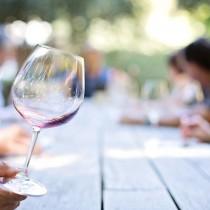 servir le vin vin servir à table homme gentleman lady service restaurant étiquette politesse savoir-vivre nadine de rothschild