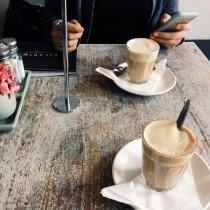 portable à gauche ou à droite de l'assiette portable mobile téléphone smartphone café diner restaurant, placer à gauche ou à droite de l'assiette, nadine de rothschild politesse