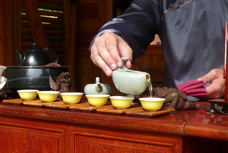 6 belles sp cificit s sur l 39 art de boire le th for Les bonnes manieres a table en france