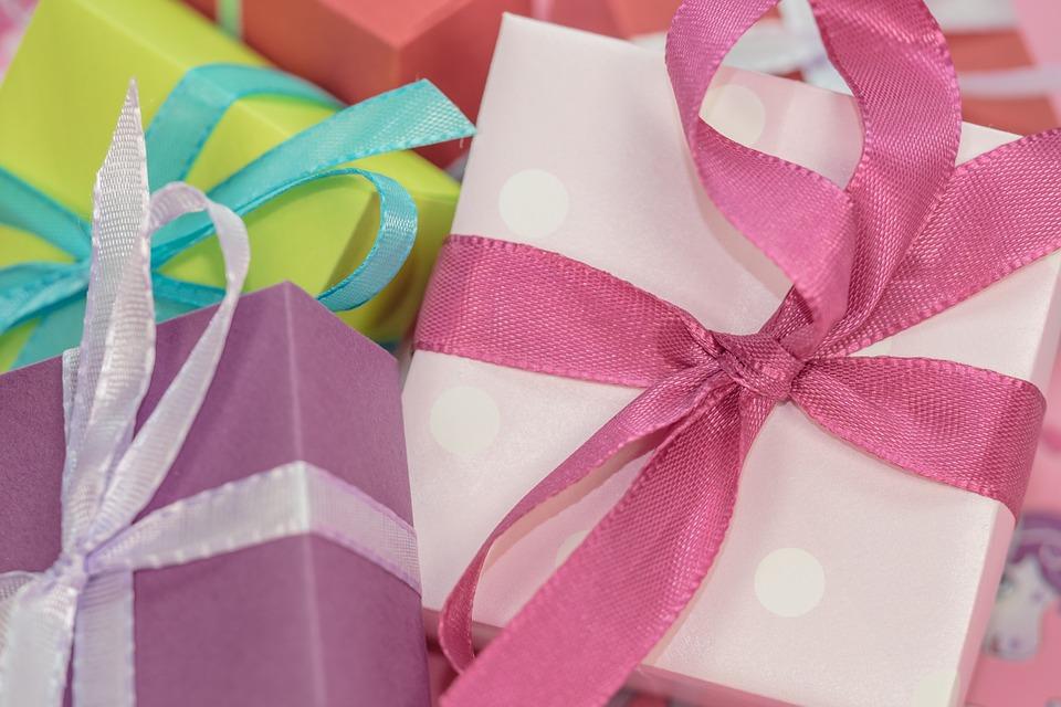 refuser cadeau noel, refus cadeau chèque, voisine cadeau trop, enfant cadeau argent étiquette politesse bonnes manières