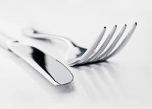 fourchette et couteau politesse protocole bonnes manières arts de la table comment se tenir étiquette savoir-vivre expert