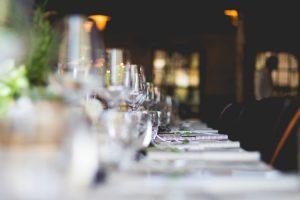fourchette et couteau politesse protocole bonnes manières arts de la table comment se tenir étiquette savoir-vivre guide