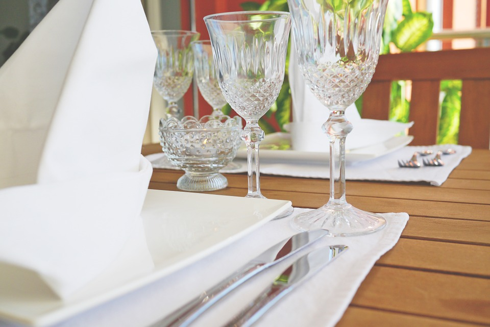 verres à pieds ordre de présentation, flûte champagne verre à vin et verre à eau où placer arts de la table