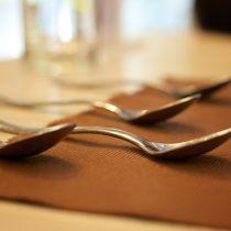 usage de la cuillère Bonnes manières à table cuillère fourchette couteau droite gauche assiette recevoir mariage