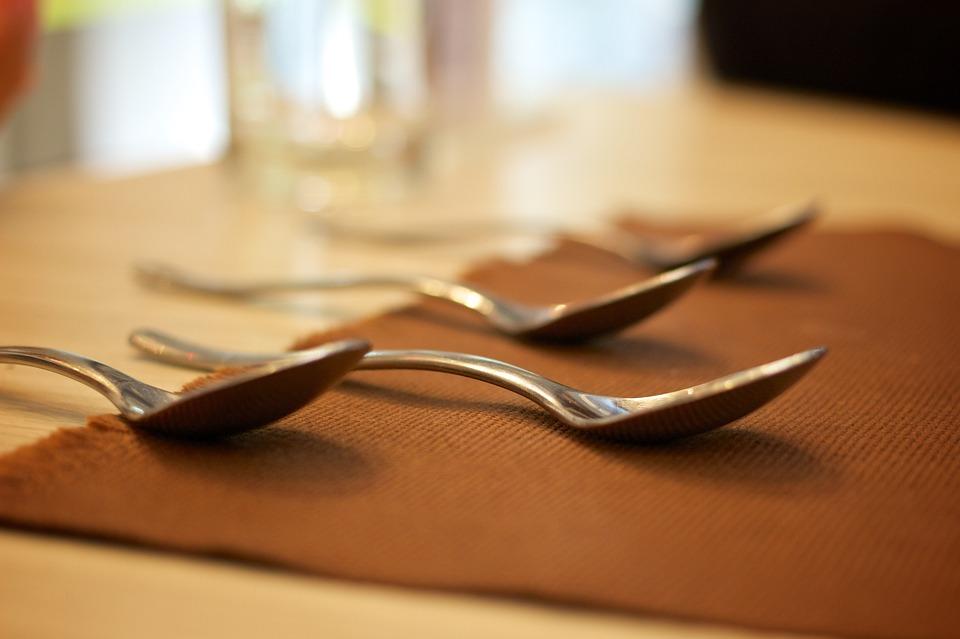Bonnes manières à table cuillère fourchette couteau droite gauche assiette recevoir mariage