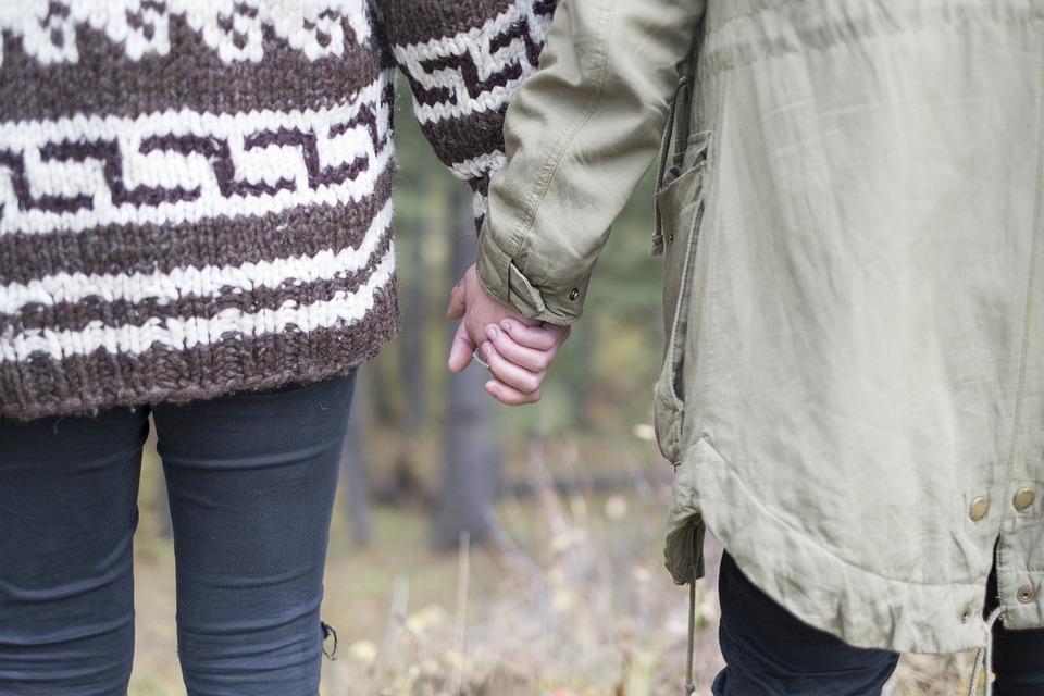 savoir-vivre en couple en public lady gentlmean bonnes manières mains tenir bisous