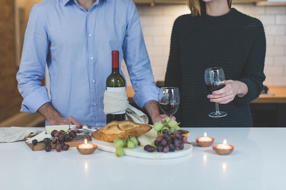 Comment tenir un verre de vin étiquette protocole usages artiscrate dégustation bonnes manières château de malromé toulouse-lautrec visite guidée vin bouteille servir le vin comment politesse info expert spécialiste