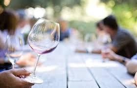 Comment tenir un verre de vin étiquette protocole usages artiscrate dégustation bonnes manières château de malromé toulouse-lautrec visite guidée vin bouteille servir le vin comment politesse expert prof