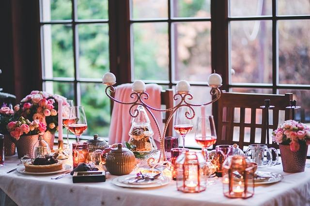 diner musique art de table réception et écoute de la musique en fond sonor étiquette à table musique bienséance