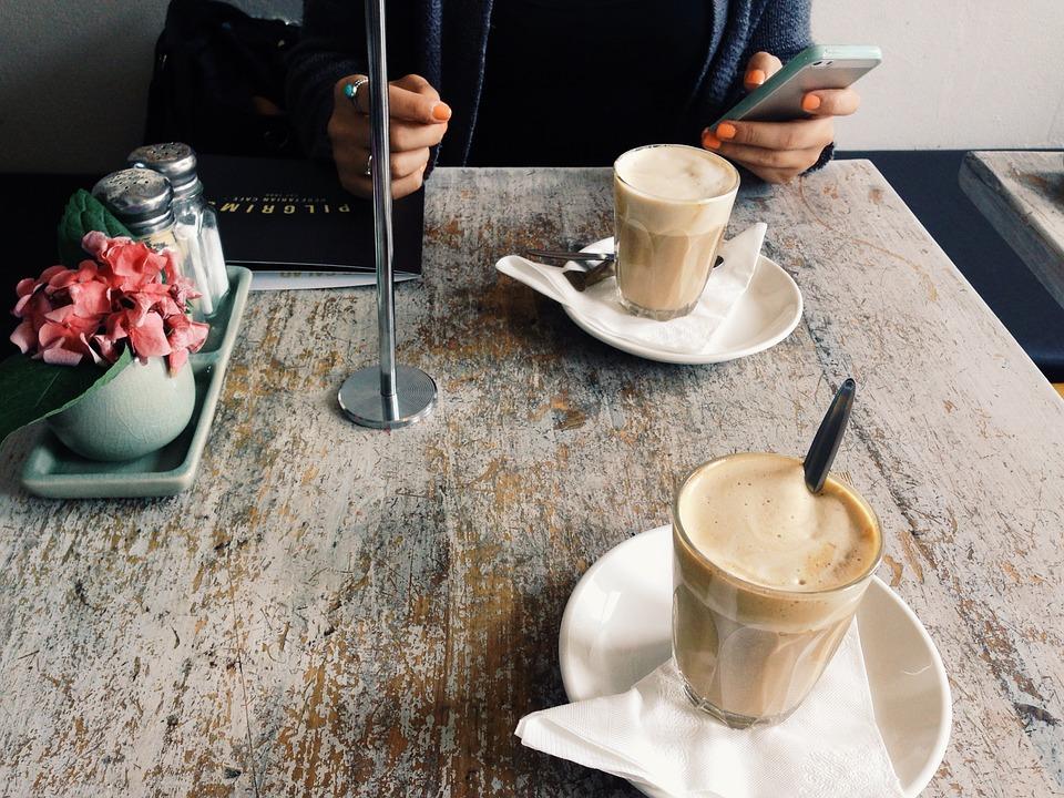 portable mobile téléphone smartphone café diner restaurant, placer à gauche ou à droite de l'assiette, nadine de rothschild politesse