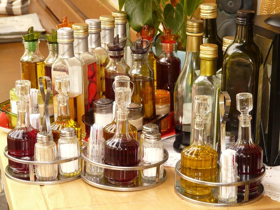 salières poivre sel arts de la table protocole manières séduire femme restaurant metertable couverts assiette nappe chic vinaigrette mayo ketchup