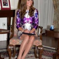 comment s'asseoir comment s'asseoir asseoir jambes croiser ou non style kate middleton duchesse cambrige bonne smanières étiquette protocole lady femme assise genoux cheville jupe robe