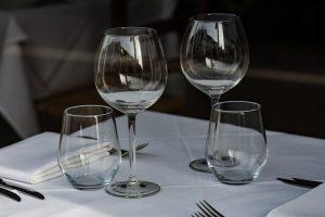 politesse à table protocole savoir-vivre arts de la table aristocratie bonnes manières coach spécialiste verres à table