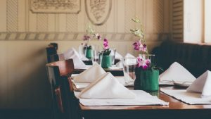 politesse à table protocole savoir-vivre arts de la table aristocratie bonnes manières coach spécialiste hanna gas nadine de rothschild