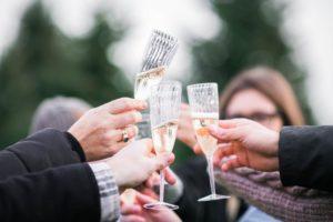 étiquette lors d'un cocktail mondain toast porter un toast faire un discours comment lady gentleman homme femme protocole coach bonnes manières usages aristocratie